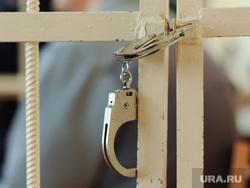Суд Ломакин. Челябинск., наручники, решетка, браслеты, подсудимый