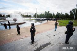 Несанкционированная акция против изменения пенсионной системы в Екатеринбурге, омон, фонтан шар, митинг, полиция, октябрьская площадь