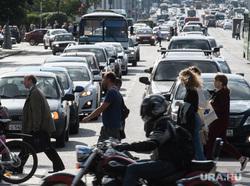 Виды Екатеринбурга, пешеходный переход, пробка, пешеходы, дорожное движение, автомобильный затор