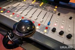Радиостанция «Пилот». Прямой эфир шоу «Катапульта». Екатеринбург, наушники, радио, адиостанция, радиостанция, пульт звукооператора
