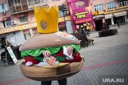 Центральная улица Вайнера. Екатеринбург, реклама, бургер кинг, улица вайнера, бургер, раздача листовки, костюм бургера