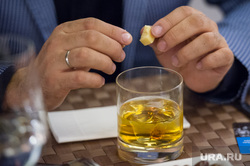 Сердар Камбаров, визажист. Екатеринбург, стакан, алкоголь, виски со льдом