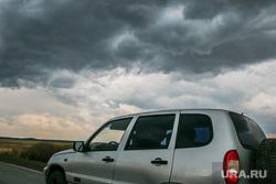 Разное. Курган, штормовое предупреждение, нива, плохая погода, автомобиль, черные тучи