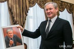Вручение подарка РИА УРА.РУ губернатору Курганской области Алексею Кокорину. Курган, кокорин алексей, подарок губернатору