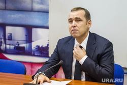 Шумков Вадим, директор департамента инвестиционной политики правительства ТО. Тюмень, шумков вадим, портрет, поправляет галстук