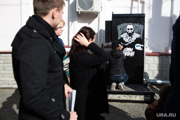Процесс рисования граффити С изображением Макса Фадеева. г. Курган, граффити, фадеев максим, прохожие