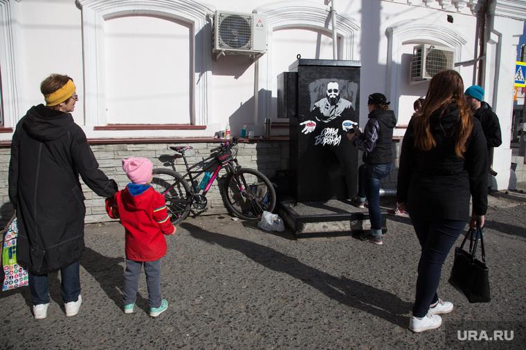Процесс рисования граффити С изображением Макса Фадеева. г. Курган, прохожие, граффити, фадеев максим