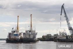 Заплыв Фалька Тишендорфа  через Обь в рамках акции «Переплывая Россию». Салехард, корабли, причал, речпорт