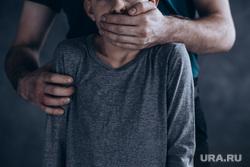 Педофил, детское насилие, показ мод, подиум, модели, педофилия, ребенок, педофил, детское насилие, закрывать рот рукой