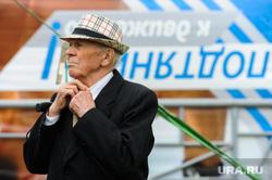 Сдача норм ГТО, активное долголетие, пенсионеры. Челябинская область, Миасс, пенсионер, шляпа, поправляет галстук