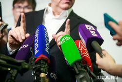 5 Общероссийский Гражданский Форум - 2017. Москва, политик, чиновник, микрофоны, жест рукой, интервью, телекомпании