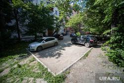 Платная парковка рядом с перекрестком Хохрякова-Попова и машины во дворе. Екатеринбург, машина во дворе