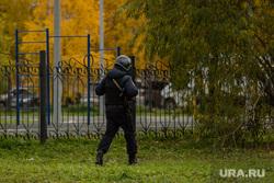 Эвакуация 18 школы после обнаружения предмета похожего на взрывное устройство. Сургут, автоматчик, полиция, школа18, полицейский с автоматом