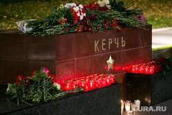 Мемориал памяти в Александровском саду по погибшим во время массовой стрельбы в Керченском политехническом колледже. Москва, город герой керчь, мемориал, цветы, память
