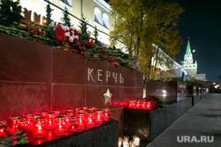 Мемориал памяти в Александровском саду по погибшим во время массовой стрельбы в Керченском политехническом колледже. Москва, александровский сад, город герой керчь, мемориал, цветы, память