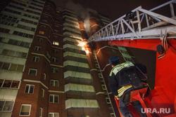Пожар в 16-этажном доме на улице Таежной. Екатеринбург, дым, пожарный, пожар, дом, лестница