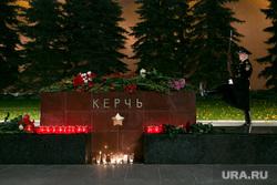 Мемориал памяти в Александровском саду по погибшим во время массовой стрельбы в Керченском политехническом колледже. Москва, почетный караул, александровский сад, город герой керчь, мемориал, цветы, память