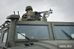 Безоружные украинские военные встретились с Российскими. Переговоры.Севастополь. Крым. Аэропорт Бельбек, целится, армия, военные, солдаты, пулемет