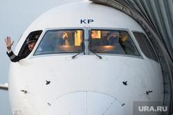 Споттинг в Кольцово. Екатеринбург, кабина пилота, пилот, жест рукой, капитан самолета