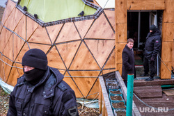 Снос незаконно установленной полусферы на городском пруду Екатеринбурга, человек в маске, полусфера