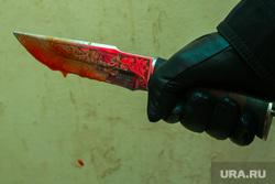 Окровавленный нож. Курган, охотничий нож, капля крови, нож в руке, окровавленный нож, убийство