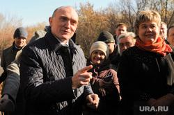 Поездка Бориса Дубровского в сквер Плодушка. Челябинск, дубровский борис, указывает пальцем