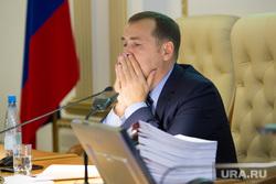 Заседание у врио губернатора Курганской области Вадима Шумкова. г. Курган , шумков вадим, закрыл рот рукой