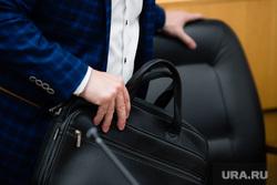 Внеочередное заседание Думы города. Сургут, чиновник, портфель, рука с портфелем