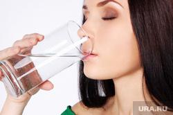 Банкротство, человек пьет, микробы, спички, пытки, скидки, дайджест, питьевая вода, жажда, стакан в руке, пить воду, пьющий человек