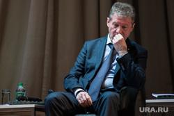 Встреча генерального директора УГМК-холдинг Александра Козицина с общественностью. Свердловская область, Верхняя Пышма, козицын андрей, жест рукой