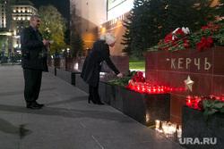 Мемориал памяти в Александровском саду по погибшим во время массовой стрельбы в Керченском политехническом колледже. Москва, возложение цветов, александровский сад, город герой керчь, мемориал, память