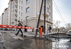 Поездка по придомовым территориям элитных домов. Екатеринбург, лужа, шлагбаум, улица горького65, грязь
