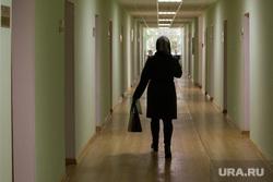 Интервью с врио губернтора Курганской области Вадимом Шумковым. г. Курган, женщина в коридоре, коридор правительства