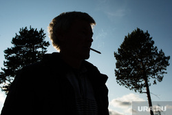 Предварительное голосование на хантыйских стойбищах. Сургутский район , курение, курильщик, силуэт, мужчина с сигаретой