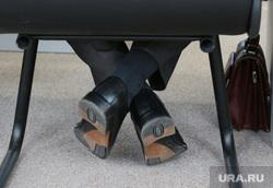 Врио губернатора Решетников в Кудымкаре. Пермь, портфель, ноги, туфли, ноги под столом, портфель депутата
