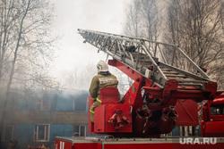 Пожар в расселенном доме, в поселке Солнечный. Сургут, пожарная машина, мчс, пожарная лестница