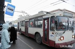 Остановка общественного транспорта на площади Революции. Челябинск, троллейбус, остановка общественного транспорта, знак остановки общественного транспорта