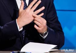 «Разговор с Дмитрием Кобылкиным». Прямая линия губернатора ЯНАО. Салехард, улыбка, смех, кобылкин дмитрий, обручальное кольцо