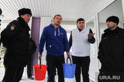 Пикет МГЕР УК Ремжилзаказчик. Челябинск, охрана, полиция, голощапов максим, ведра с водой