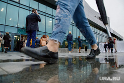 Очередь на входе в ккт «Космос» через день после пожара. Екатеринбург, пешеход, лужа, ккт космос, ноги, горожане, прохожие, шаг, дождливая погода, пасмурная погода