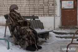 Коммунальная авария в посёлке Мартюш. Свердловская область, мороз, отдыхает, шуба, бабушка, зима, бабушка у подъезда