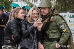 Парад, посвященный Дню Победы. Курган, смартфон, сотовый телефон, военная форма, курсант, молодежь