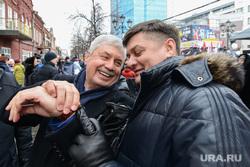 Митинг-концерт Крымская весна в Челябинске, улыбка, квитка иван, мякуш владимир, смотрит на часы