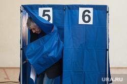 Голосование на выборах в Екатеринбургскую городскую Думу. Екатеринбург , дедушка, выборы, кабина для голосования, избиратель