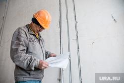 Пресс-тур на стройку перинатального центра. Сургут, прораб, человек труда, стройка, строитель, строитель в каске