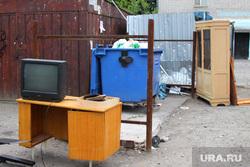 Курган перед выборами, телевизор, помойка в интерьере