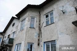 Выезд Бориса Дубровского в Катав-Ивановск после землетрясения. Челябинская область, жилой дом, трещины в стенах