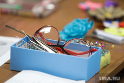Факультет ДПИ в университете третьего возраста. г. Курган, очки, рукоделие, шитье, шкатулка швейная