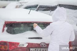 Снег в городе. Нижневартовск., метель, машина в снегу
