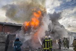 Пожар на улице Карьерной, 30. Екатеринбург, мчс, дым, пожарные, пожар, огонь, горящее здание